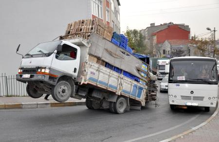 asiri-yuk-yuzunden-on-tekerlekleri-havaya-kalkti-993888